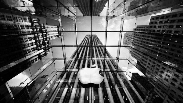 Apple acusa a Qualcomm de cobrar excesivamente por sus licencias y semiconductores y por nopagar reembolsos que le correspondían por la compra de chips