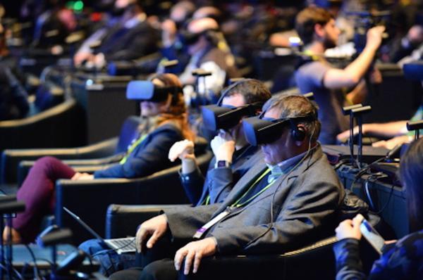 Miembros de la prensa especializada exploraron los distintos usos de la tecnología de realidad virtual