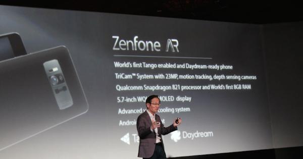 Un ejecutivo de ASUS en plena presentación del Zenfone AR durante la conferencia de prensa que tuvo lugar en el marco del CES 2017