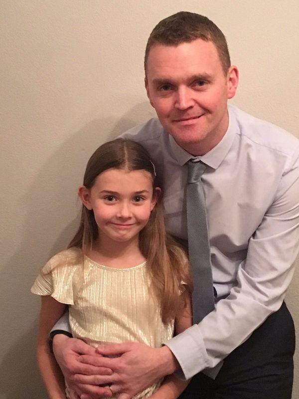 Chloe Bridgewater, la pequeña de 7 años, junto a su padre