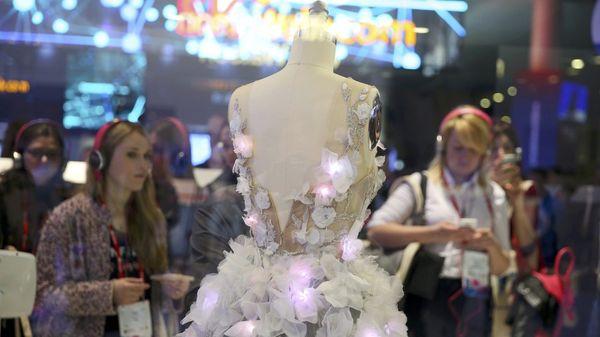 El vestido fue desarrollado por la firma de moda Marchesa e IBM Watson.REUTERS/Paul Hanna