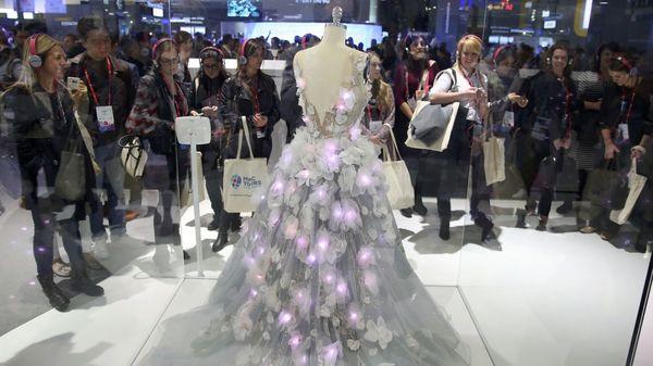 El vestido cambia de color según las emociones que imperan en Twitter( REUTERS/Paul Hanna)