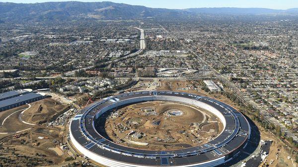 En abril de 2017 se inaugurarán las nuevas oficinas de Apple, que concentrarán a sus 12.000 empleados en un diseño donde Steve Jobs vio una nave espacial aterrizada. (Reuters)