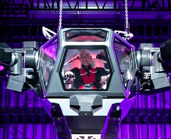 Bezos saludando la multitud desde el robot
