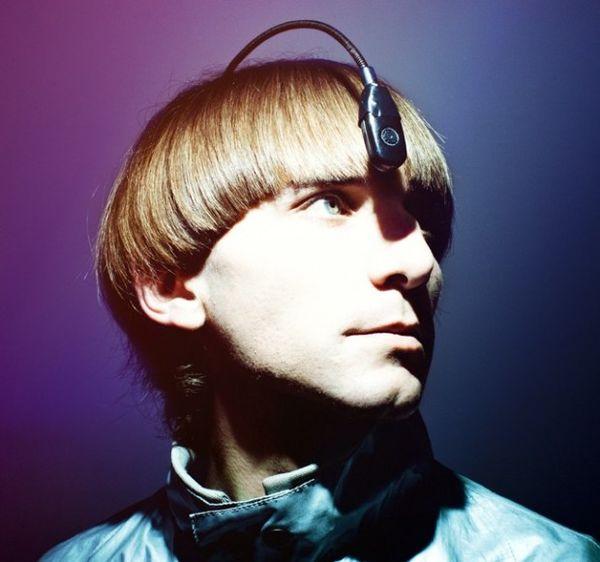 Neil Harrison nació daltónico. Con este implante que lo convirtió en el primer cyborg legalmente reconocido, puede identificar los colores como sonidos. (Neil Harbisson en Pinterest)