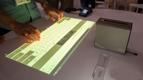 La tecnología se basa en luces infrarrojas y una cámara rápida para reconocer los dedos