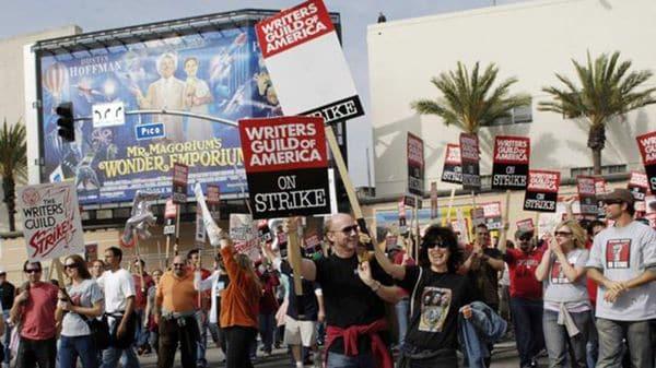 Alerta en Hollywood: guionistas amenazan con una masiva huelga