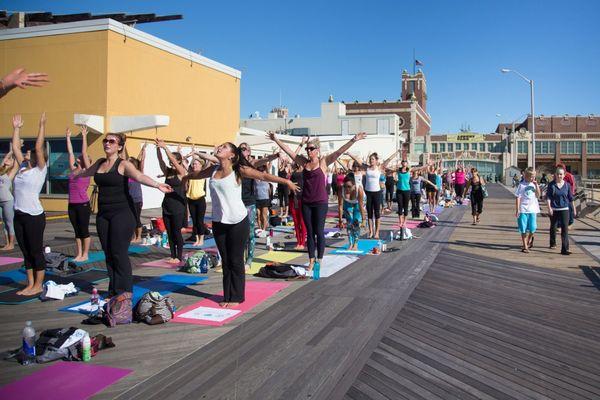 Durante todo el años existen varias actividades recreativas como yoga que permite disfrutar del pintoresco paisaje costero (iStock)