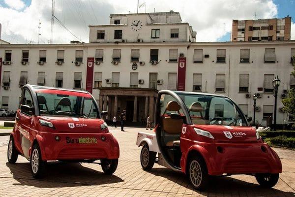 Dos unidades del Sero Electric, un nuevo concepto en movilidad alternativa de capitales argentinos: uno sedán y otro pick-up