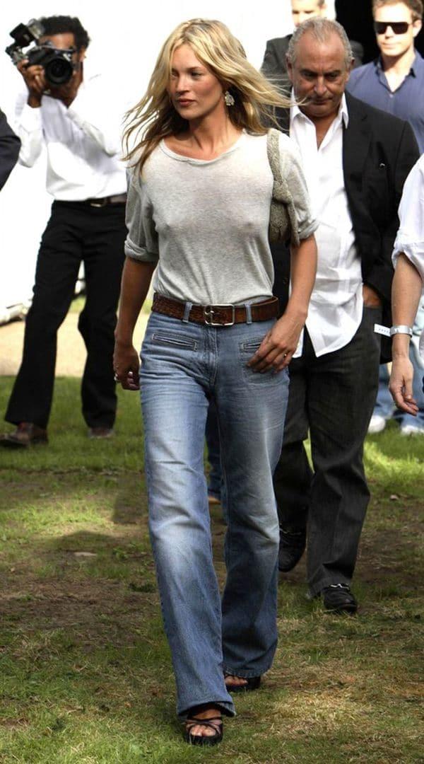Kate Moss con un outfit casual con blusa de algodón gris y jeans corte oxford sin brassier en la presentación de Topshop
