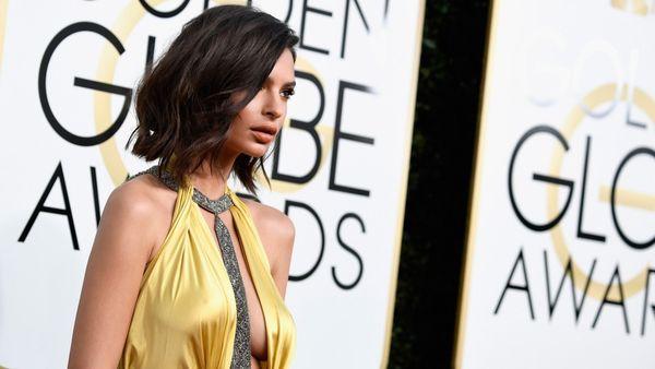 Emily Ratajkowski optó lucir un escote profundo que dejaba ver su busto para la red carpet de los Golden Globes (Frazer Harrison/Getty Images)