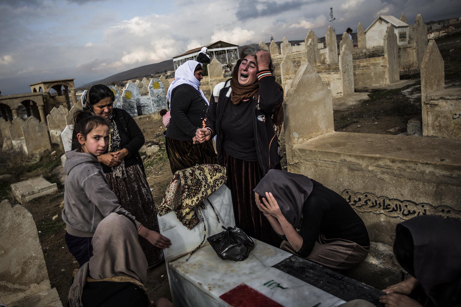 Una mujer yazidí llora desconsoladamente sobre la tumba de su familiar muerto en el cementerio de Lalish durante la celebración del día de los muertos (Pablo Cobos)