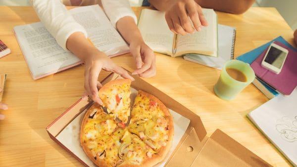 En el estudio, se pidió a los participantes que comieran pizza luego de haberse esforzado mentalmente (iStock)