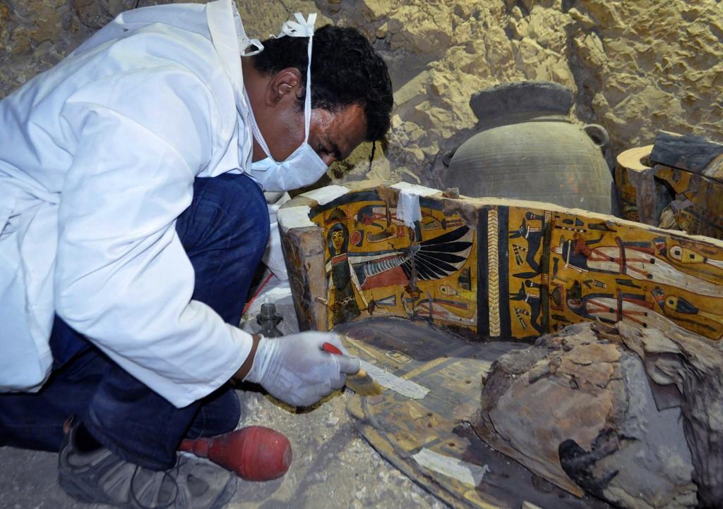 Tras excavar y levantar 450 metros cuadrados de ruinas del patio abierto, los arqueólogos descubrieron la entrada principal de esta tumba y la de otros dos enterramientos, que todavía no han sido abiertos