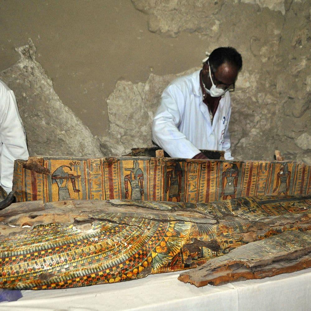 """Descubrieron seis momias """"casi intactas"""" en la tumba de un noble egipcio de 3.500 años de antigüedad"""