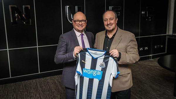 Lee Charnley, el presidente detenido del Newcastle, junto al entrenador Rafa Benítez