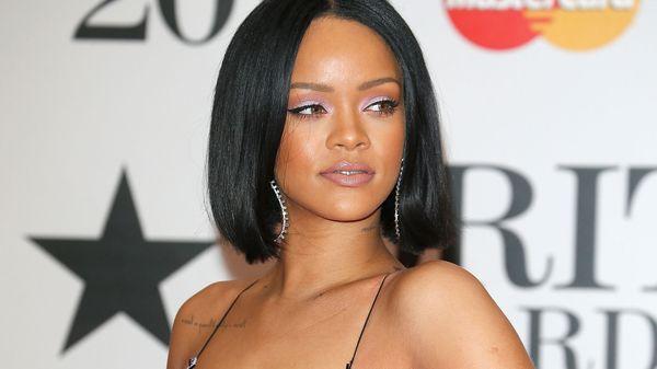 """El """"homenaje"""" de Rihanna a la reina Isabel II que escandalizó al Reino Unido"""