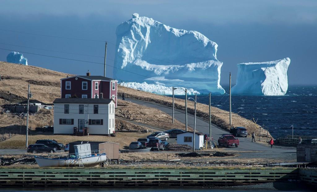 """El iceberg pasando por la Orilla Sur, también conocida como el """"Pasaje de los iceberg""""(Reuters)"""