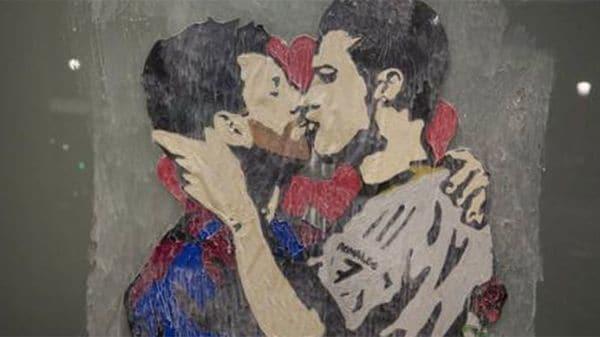 El negocio detrás del mural del apasionado beso entre Lionel Messi y Cristiano Ronaldo