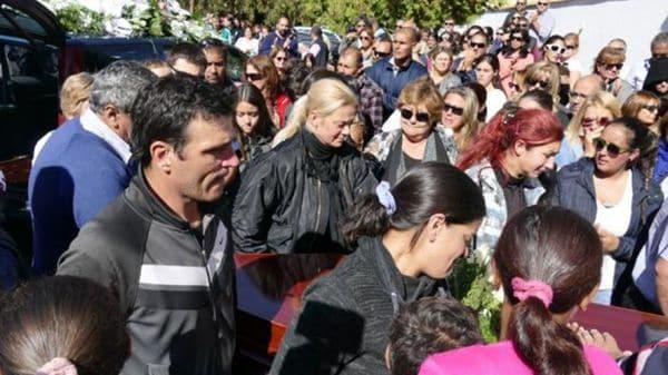Alexandra Perez, mamá de Felipe Romero, en el centro, durante el entierro del niño (@elpaisuy)