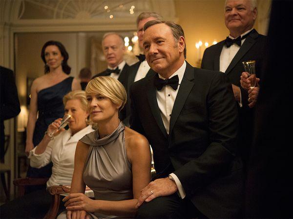 Frank (Kevin Spacey) y Claire Underwood (Robin Wright) protagonistas de la serie junto a otros personajes de la serie