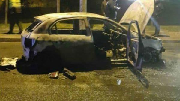 Un auto de Uber quemado en Bogotá, Colombia