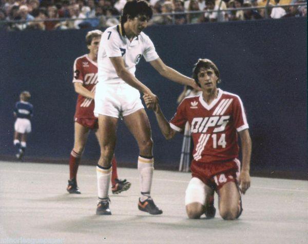 En Estados Unidos, Julio César Romero (New York Cosmos) enfrentó a Johan Cruyff (Washington Diplomats), quien luego sería su entrenador en el Barcelona FC