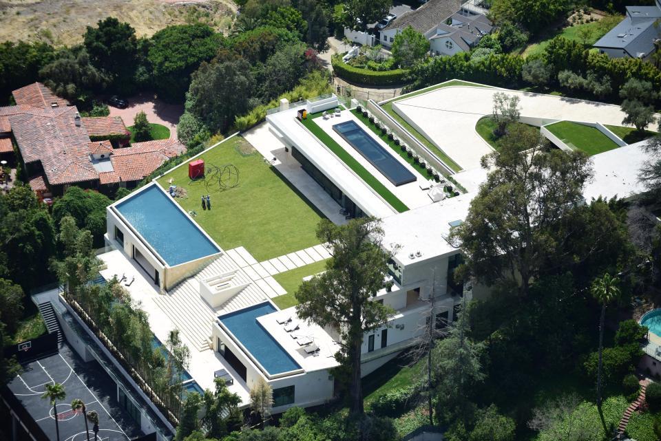 La mansión tiene seguridad añadida con vidrio a prueba de balas y una valla alta con puertas de metal
