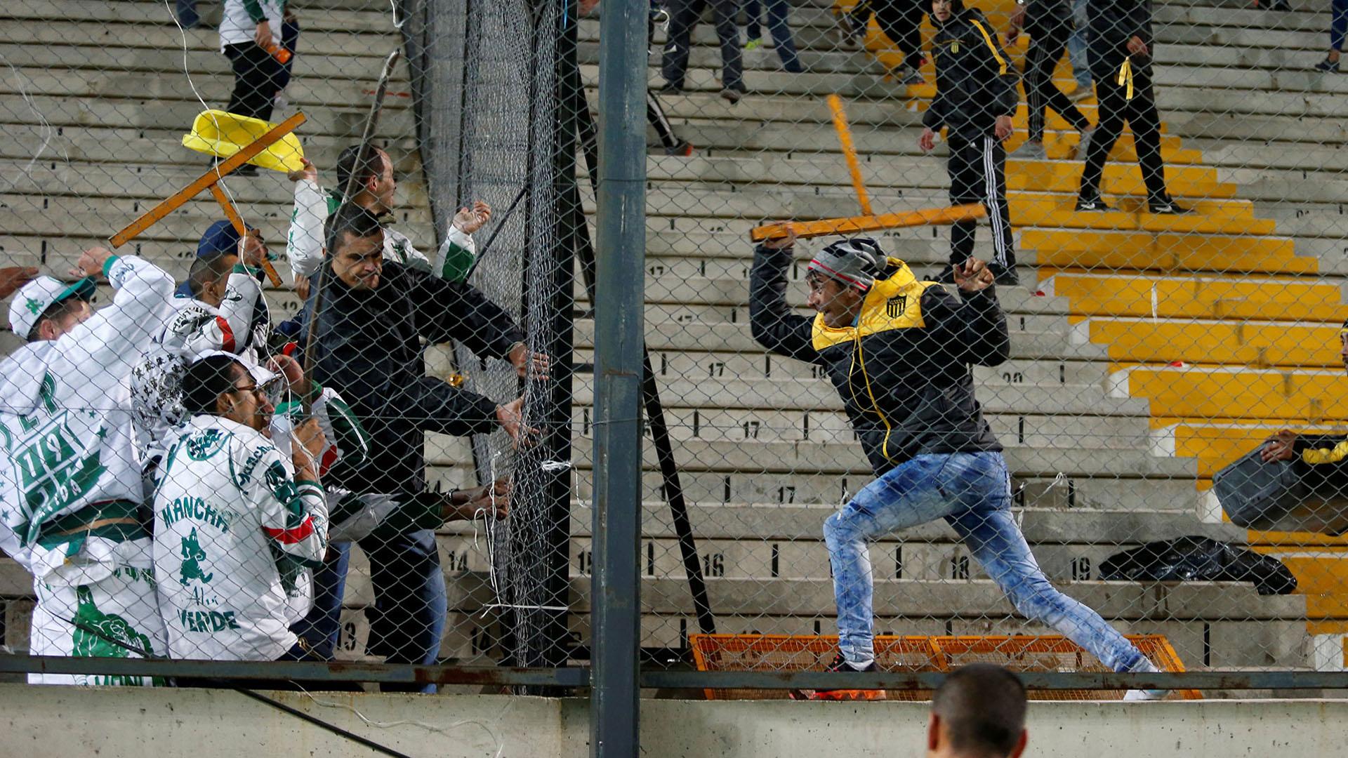 La violencia entre los jugadores de Peñarol y Palmeiras se trasladó a las tribunas (Reuters)