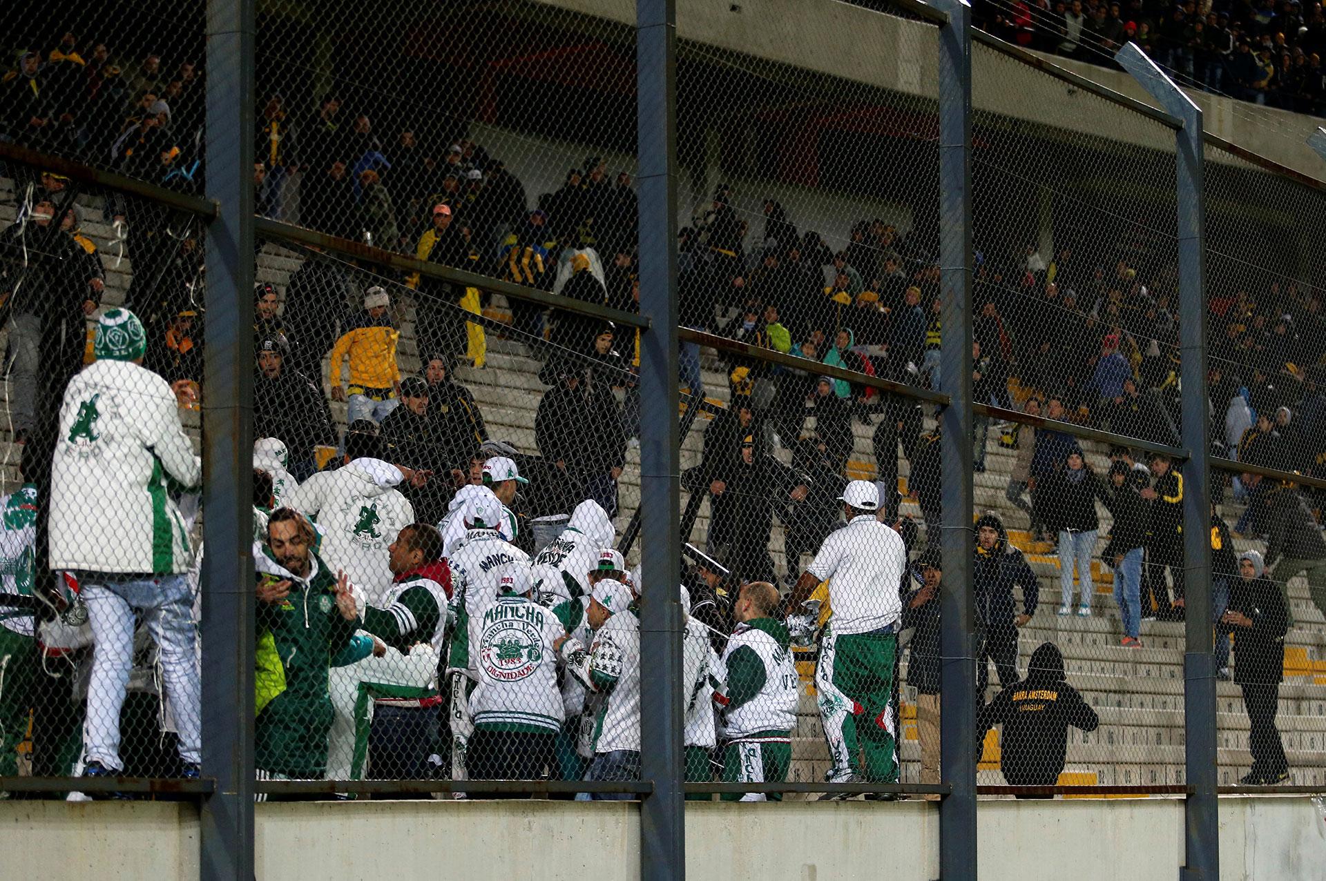 Los fanáticos utilizaron las butacas del estadio Campeón del Siglo para agredir a las fuerzas de seguridad (Reuters)