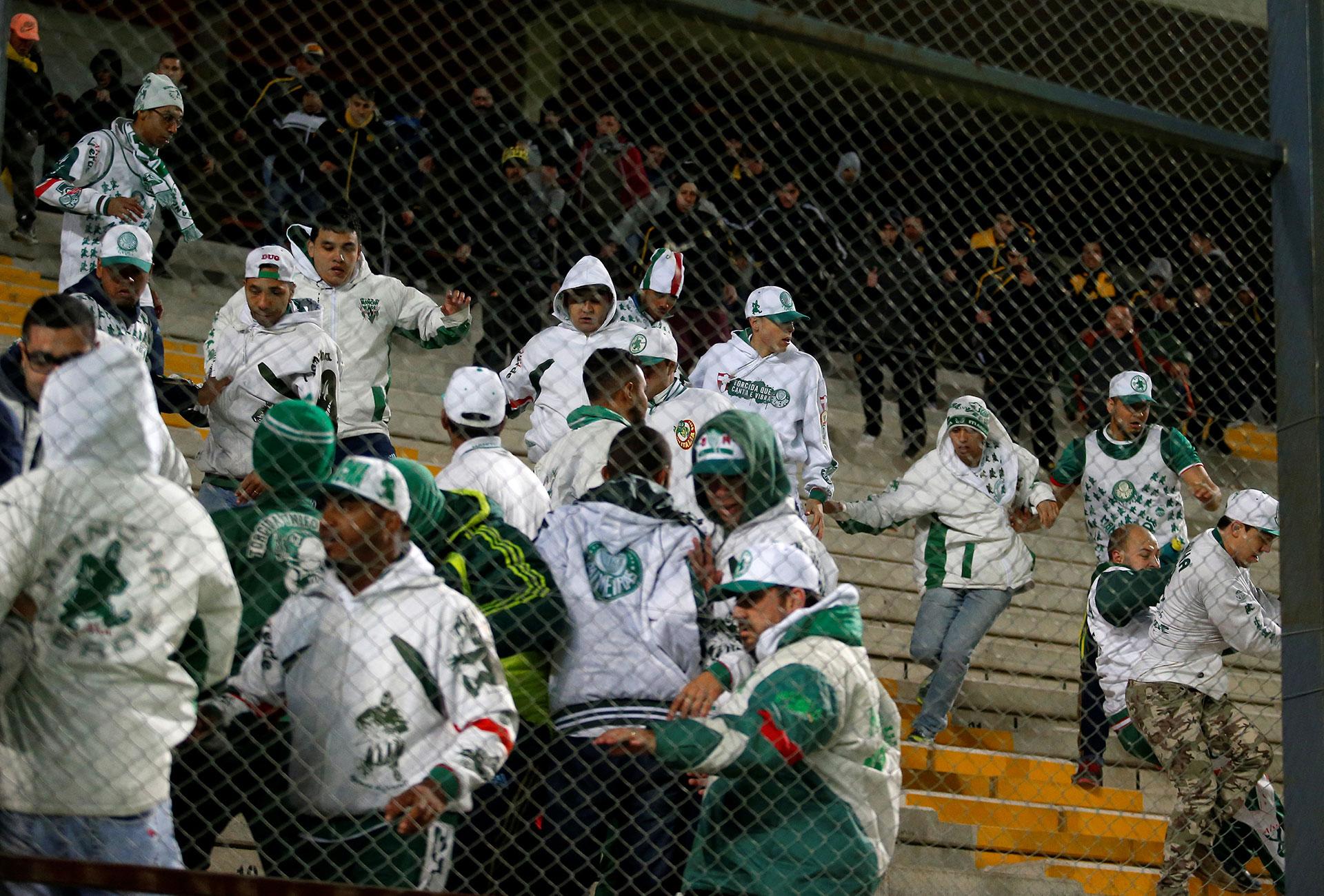 Luego, la tensión llegó a las gradas, donde hinchas del Palmeiras se enfrentaron con la Policía (Reuters)