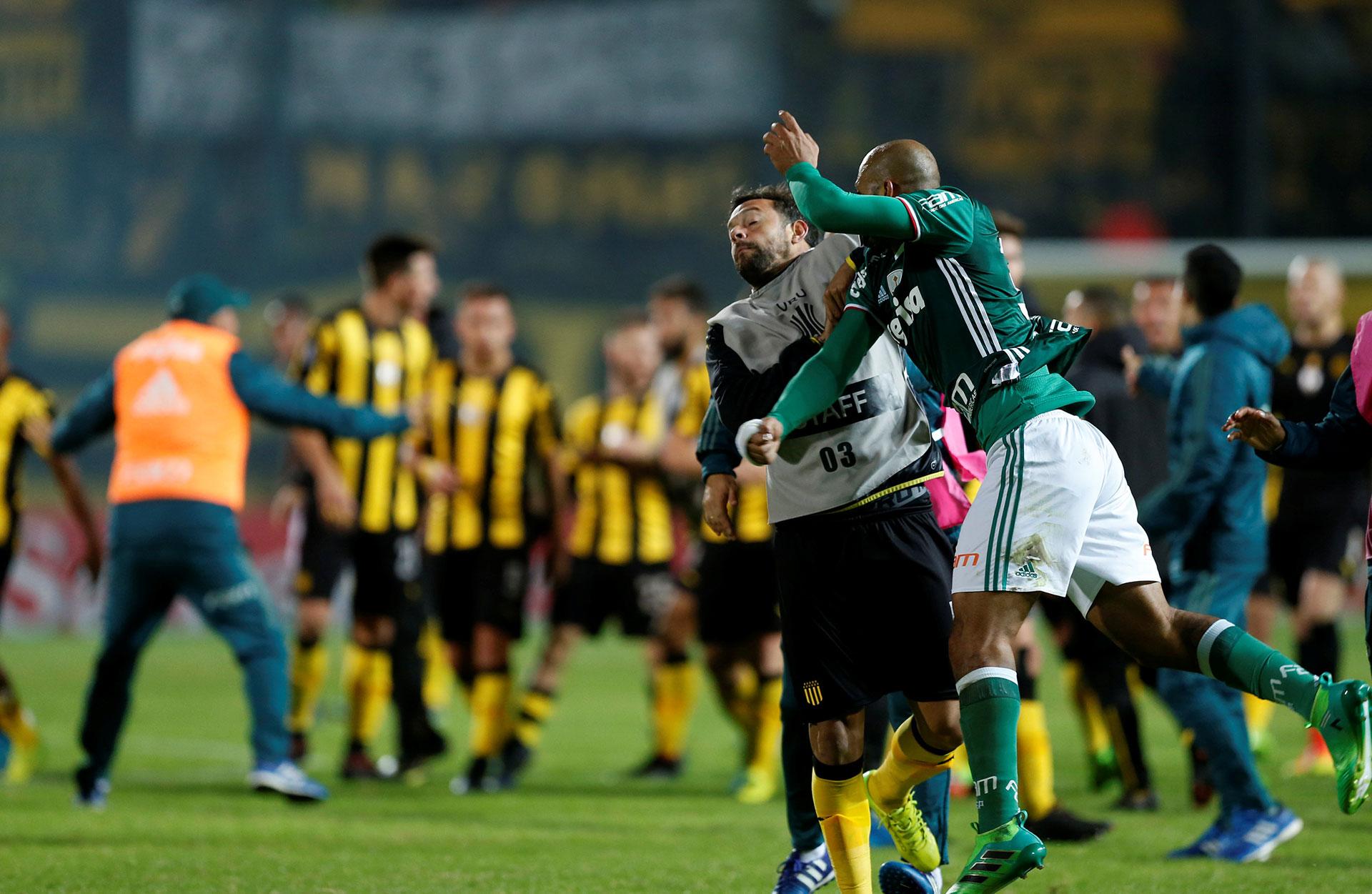 La pelea entre jugadores de Peñarol y Palmeiras se trasladó al túnel de vestuarios(Reuters)