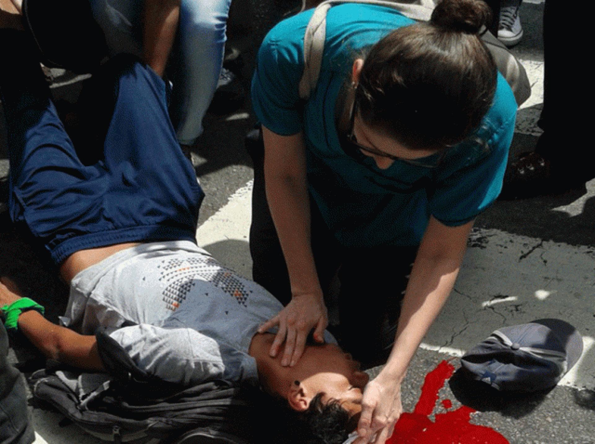 Represión en San Bernardino, donde un joven manifestante fue atacado por los colectivos chavistas