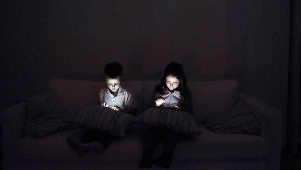 Por cada hora diaria frente a un dispositivo se redujeron 26 minutos de sueño nocturno