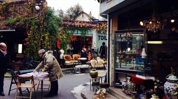 El mercado de pulgas de París, cuyo nombre oficial es Marché de Saint-Ouen, es el lugar que, según dicen, dio el nombre de Marché aux Puces