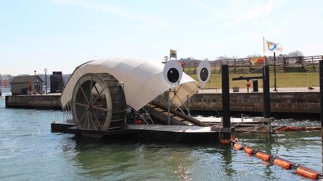 Mr. Trash Wheel, una rueda con placas solares que traga basura.