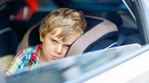 Los niños son quienes sufren principalmente náuseas y mareos a bordo del automóvil (iStock)