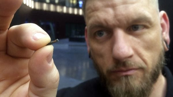"El ""body hacker"" Jowan Osterlund de Biohax Sweden, exhibe un microchip similar a los implantes de los trabajadores de Epicenter (AP Photo/James Brooks)"