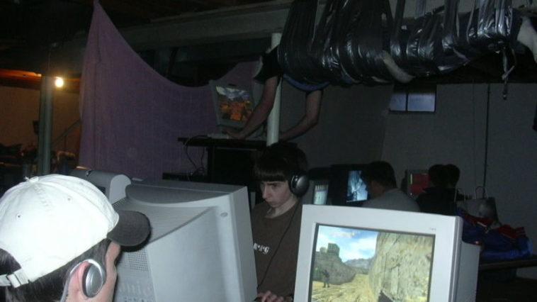 """La foto del """"gamer"""" pegado al techo con cinta, explicada 15 años después"""
