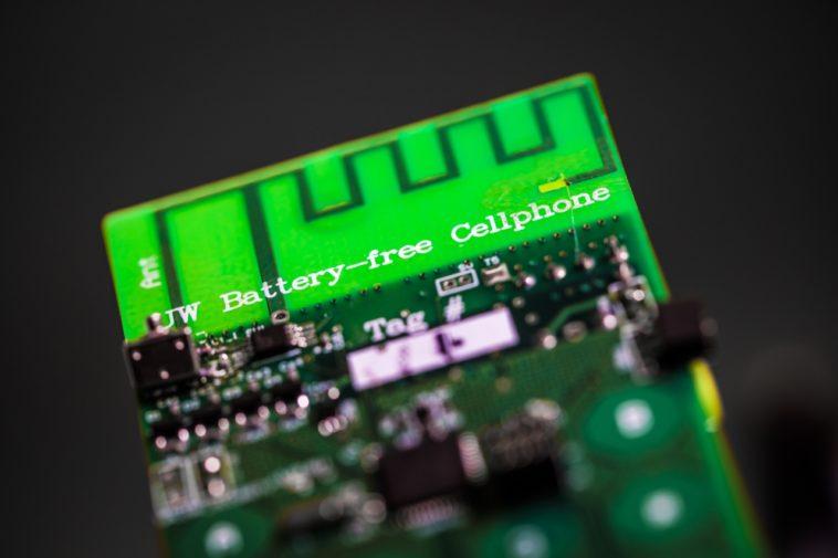 Un teléfono móvil sin baterías: Hace llamadas por Skype y obtiene energía del ambiente