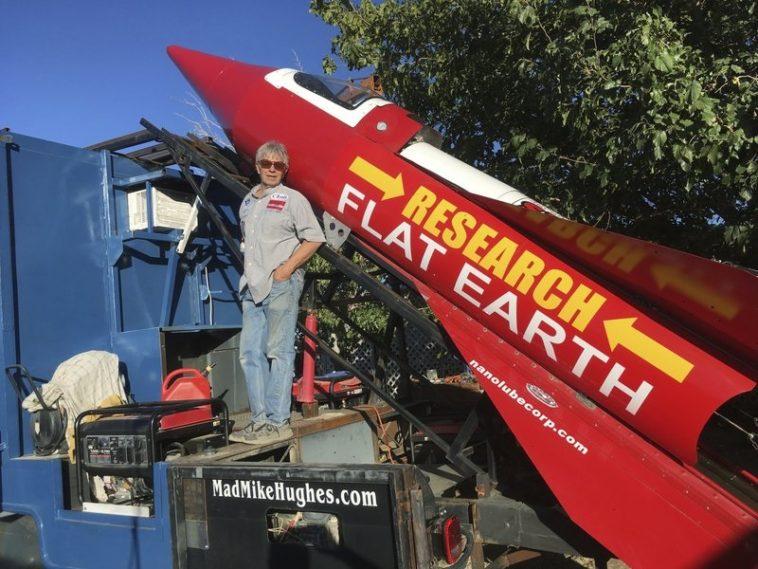 Asegura que la Tierra es plana y no cree en la ciencia, pero intentará surcar los cielos con un cohete construido por él mismo