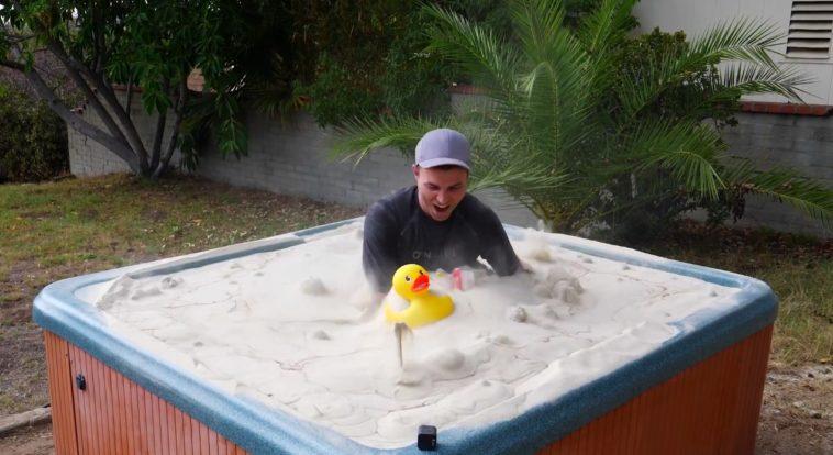 Incre ble un jacuzzi lleno de arena que se comporta como - Como hacer un jacuzzi ...